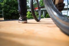 Ung man med hans cykel på en ramp, omkring att göra några sinnessjuka trick royaltyfri bild