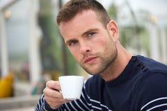 Ung man med hans kaffekopp Arkivfoton