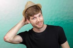 Ung man med hatten arkivfoton