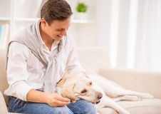 Ung man med hunden Arkivbilder