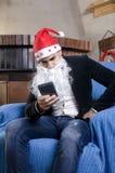 Ung man med jultomtendräkten Arkivfoton