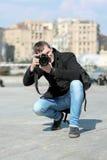 Ung man med kameran royaltyfria foton