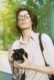 Ung man med kameran, fotograf i cityscape Arkivbild