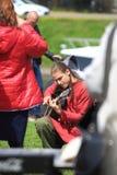 Ung man med långt hår som spelar gitarren royaltyfria foton