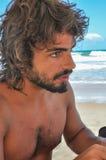 Ung man med långt hår och skägget som är latinamerican, Brasilien strand Arkivbilder