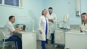 Ung man med minnestavlan som har blick runt om medicinskt kontor lager videofilmer