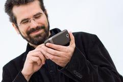 Ung man med mobiltelefonen Arkivbild