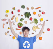 Ung man med nya frukt och grönsaker, studioskott Royaltyfri Foto