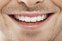 Ung man med perfekta vita tänder Arkivfoton