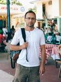 Ung man med ryggsäckhandelsresanden i Asien Royaltyfria Bilder
