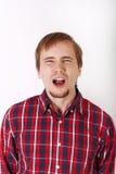 Ung man med skägget i rutig röd skjorta Royaltyfri Foto
