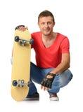 Ung man med skateboarden Arkivbild