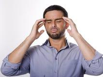 Ung man med skägglidandehuvudvärk Arkivbild