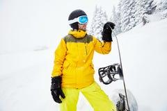 Ung man med snowboarden Royaltyfri Bild