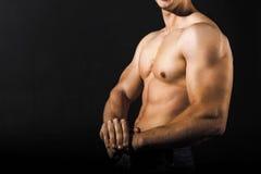 Ung man med starka armar och den muskulösa manliga torson Arkivfoto
