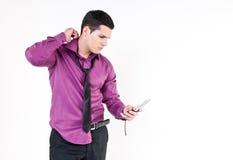 Ung man med telefonen Arkivfoton