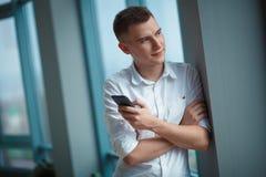 Ung man med telefonen Fotografering för Bildbyråer