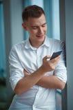 Ung man med telefonen Royaltyfri Fotografi