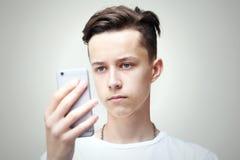 Ung man med telefonen Royaltyfri Bild