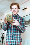 Ung man med volymetriska modeller av geometriska heltäckande fotografering för bildbyråer