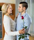Ung man och åldrig kvinna som inomhus dansar Fotografering för Bildbyråer