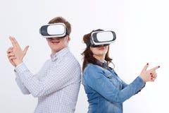 Ung man och kvinna i tillfällig kläder i faktisk skyddsglasögon, vr som isoleras på vit bakgrund teknologi- och innovationbegrepp royaltyfri bild