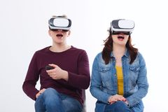 Ung man och kvinna i tillfällig kläder i faktisk skyddsglasögon, vr som isoleras på vit bakgrund teknologi- och innovationbegrepp royaltyfri fotografi