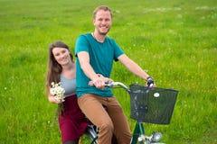 Ung man och kvinna på cykeln Fotografering för Bildbyråer