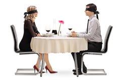 Ung man och kvinna på en blindträff arkivfoto