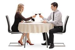 Ung man och kvinna på romantiskt datum arkivfoton