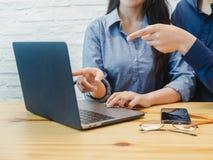 Ung man och kvinna som arbetar i kontoret Affärskvinna som pekar på labtopen Coworking teamwork, affärspartnerbegrepp arkivfoto
