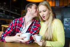 Ung man och kvinna som dricker kaffe i en restaurang Ung man och kvinna som dricker kaffe på ett datum Man och kvinna på ett datu Arkivfoto
