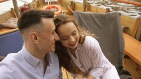 Ung man och kvinna som g?r glatt selfie p? skeppet i ?ppen luft selfievideo - romantiskt par som tar selfievideoen vid solnedgång stock video