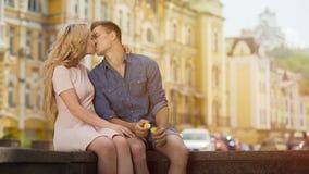 Ung man och kvinna som kysser på det söta romantiska datumet, lycka och förälskelse, par royaltyfri foto