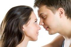 Ung man och kvinna som söker efter mjukhet royaltyfria foton