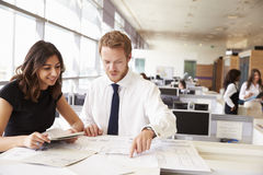 Ung man och kvinna som tillsammans arbetar i arkitekt? s-kontor fotografering för bildbyråer