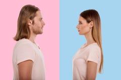 Ung man och kvinna som vänder mot sig Royaltyfri Fotografi