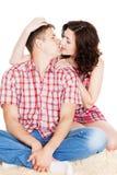 Ung man och kvinnaomfamning och kyss arkivbilder