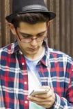 Ung man och mobil arkivfoto