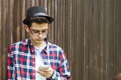 Ung man och mobil royaltyfri fotografi