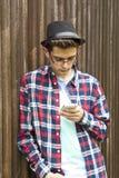 Ung man och mobil arkivbild