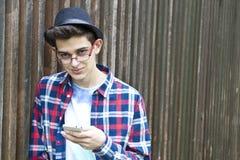 Ung man och mobil arkivbilder