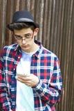 Ung man och mobil royaltyfria bilder
