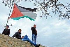Ung man och Palestina flagga Royaltyfri Bild
