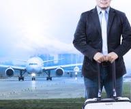 Ung man och resande bagage som framme staning av luftnivån ta royaltyfri bild
