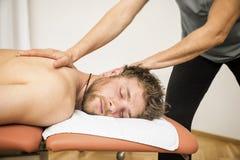 Ung man på den physio terapin royaltyfri foto