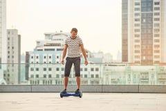 Ung man på en hoverboard Royaltyfria Bilder