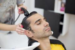 Ung man på frisören Arkivfoton