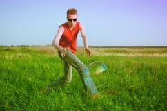 Ung man på grön äng Royaltyfri Fotografi