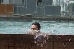 Ung man på simbassängen Royaltyfria Bilder